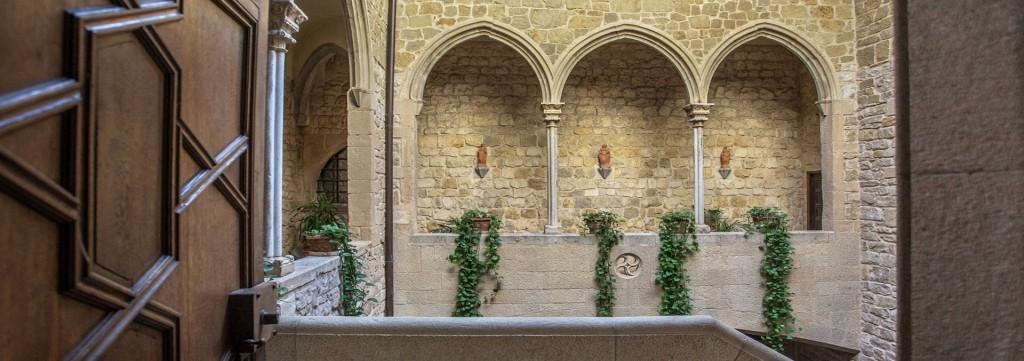 PUENTE DEL PILAR EN UN PALACIO DEL SIGLO XIV